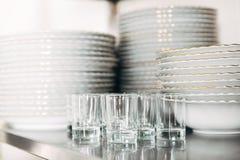 Brogujący czyści szkła przy restauracją i tableware Fotografia Royalty Free