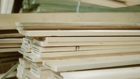 Brogujący drewniany sosnowy szalunek dla meblarskiej produkci i budowy zdjęcie wideo