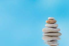 Brogujący kamienie z Załzawionym odbiciem przeciw niebieskiemu niebu Fotografia Stock
