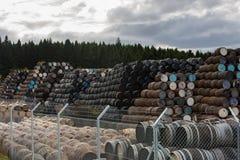 Brogujący stos stare drewniane baryłki i beczki przy Speyside bednarką w Szkocja obraz royalty free
