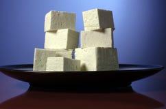 Brogujący tofu sześciany na talerzu. Zdjęcia Stock