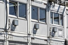 Brogujący zbiorniki jako budów biura obok wielkiej budowy fotografia stock