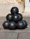 Brogujący palowy starzy cannonballs Fotografia Royalty Free