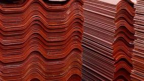 Broguje czerwone dachowe płytki, surowy materiał dla przemysłowego budowa Akcyjny materia? filmowy Magazyn z czerwonymi dachowymi zbiory