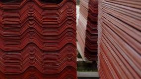 Broguje czerwone dachowe płytki, surowy materiał dla przemysłowego budowa Akcyjny materia? filmowy Magazyn z czerwonymi dachowymi zbiory wideo