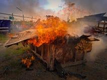 Broguje drewno pali i zanieczyszczenie powietrza Zdjęcie Stock