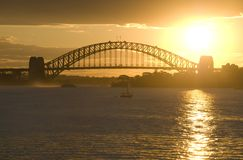 brohamnsolnedgång sydney Arkivfoto