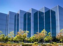 Bürohaus mit Bäumen Stockfoto