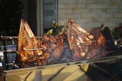 Brok van rundvleesrib dat op de rol wordt geroosterd Vleesbarbecue voor vele mensen Geroosterd rundvlees Lapje vlees op het been stock foto's