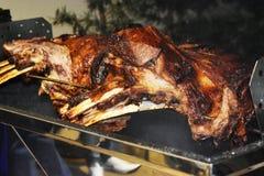 Brok van rundvleesrib op de rol wordt geroosterd die Vleesbarbecue voor vele mensen Geroosterd rundvlees Lapje vlees op het been stock foto