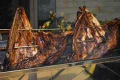 Brok van rundvleesrib op de rol wordt geroosterd die Vleesbarbecue voor vele mensen Geroosterd rundvlees Lapje vlees op het been royalty-vrije stock afbeelding