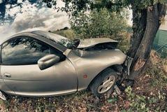 Broken bil efter en olycka mot en Tree Arkivbilder