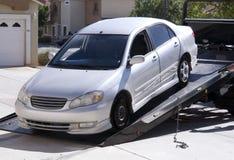 broken bil som ner väljer upp bärgningsbilen Royaltyfria Foton