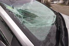 broken bilwindshield arkivfoton