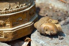 Broken Buddha staty Arkivbilder
