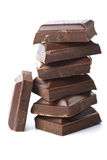 broken choklad isolerade stycken Royaltyfri Bild