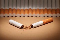 broken cigarett Arkivbilder