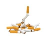 broken cigaretter ingen stapelrökning Arkivfoto