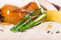 broken exponeringsglas Avfall på stranden Royaltyfri Fotografi