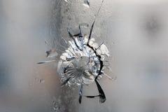 broken exponeringsglas Hål sprickor i fönstret från fragmentet av projektilen Avdeevka ukraine Bakgrund texturerar Royaltyfri Foto