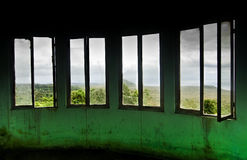 broken försämras inre fönster Arkivbild