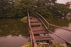 Broken gammal bro fotografering för bildbyråer