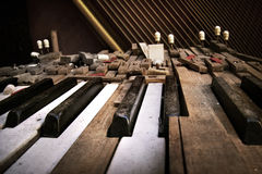 broken gammalt piano Arkivbilder