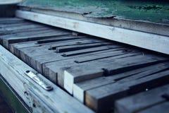 broken gammalt piano Trätangenter Sprakande målarfärg Fotografering för Bildbyråer
