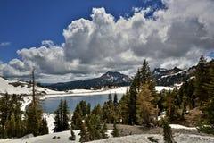 Brokeoff山和湖海伦,拉森火山国家公园 免版税库存图片