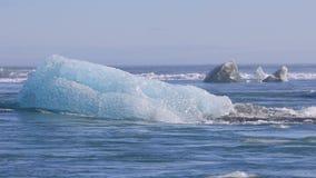Brokken die van ijs uit aan de Noord-Atlantische Oceaan afdrijven stock footage