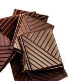 Brokken van een donkere chocoladereepmacro. De gehakte Chocoladerepen is Royalty-vrije Stock Foto