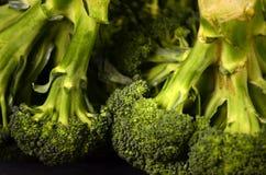 Brokkoli auf einem schwarzen Hintergrund Lizenzfreie Stockfotos