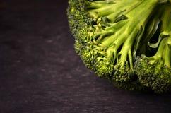 Brokkoli auf einem schwarzen Hintergrund Lizenzfreies Stockfoto