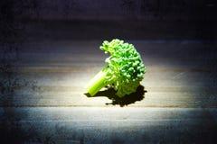 Brokkoli auf einer Holzoberfläche mit Beschaffenheit Stockfotografie