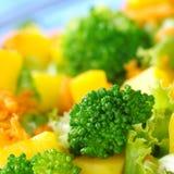 Brokkoli auf Salat Lizenzfreies Stockfoto