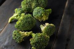 Brokkoli auf schwarzem hölzernem Hintergrund Stockbilder