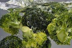 Brokkoli, der im Wasser kocht Stockbilder