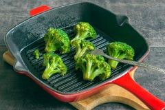 Brokkoli, gebacken auf einem Pangrill Stockbild