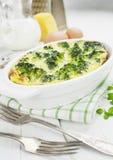 Brokkoli, gebacken mit Käse und Ei Stockbilder