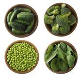 Brokkoli, grüne Erbsen, Gurken und Spinat in der hölzernen Schüssel Stockfoto