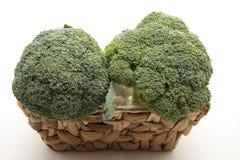 Brokkoli im Korb lizenzfreie stockfotos