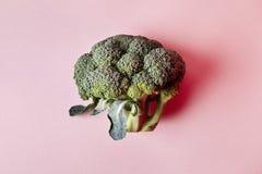 Brokkoli lokalisiert auf rosa Hintergrund Moderne Art des Gemüses, Hippie-Gestaltungselemente, von oben Lizenzfreie Stockbilder