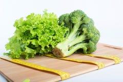 Brokkoli mit Bandmaß Stockbilder