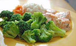 Brokkoli mit Fischen stockfotos