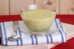 _Brokkoli poner crema sopa en uno cuenco Imagenes de archivo