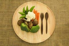 Brokkoli, shitake mushroomand grüne Erbse auf hölzernem Dishware Stockbilder