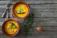 Brokkoli-Torten mit Cheddar-Käse und Safran Stockfotos