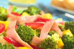 Brokkoli und Ham Salad Stockbild