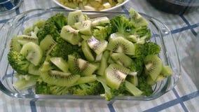 Brokkoli und Kiwi Stockfotografie