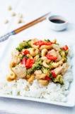 Brokkoliacajoubaumhühneraufruhrfischrogen des roten Pfeffers mit Reis Lizenzfreie Stockfotos